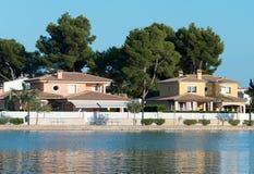 Несколько домов приближают к пруду Стоковые Изображения RF