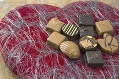 Несколько доят и темные bonbons шоколада Стоковые Фотографии RF