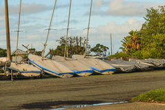 Несколько парусников отдыхая на береге Стоковое фото RF
