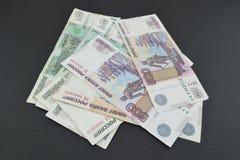 Несколько русских банкнот на задней предпосылке кожи Стоковое Фото