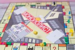 Несколько свертывая красная кость падают на таблицу с boardgame Моменты Gameplay Стоковая Фотография