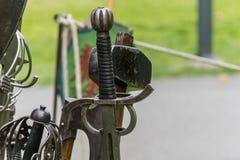 Несколько средневековых шпаг стоя в шпаге стоят Стоковые Фото
