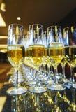 Несколько стекел бармена шампанского подготовили для гостей праздничных событий Стоковое фото RF