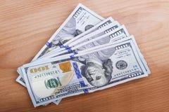 Несколько счетов 100-доллара на таблице Стоковые Изображения RF
