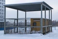 Несколько тепловозных генераторов стоят под сенью огражены с решеткой металла стоковая фотография