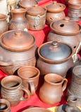 Несколько типов баков гончарни глины на ярмарке Стоковое фото RF