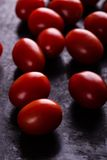 Несколько томатов вишни на черной доске Стоковое Изображение RF