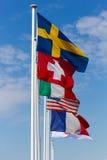 Несколько флагов различных стран на предпосылке голубого s Стоковые Изображения