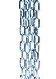 Несколько metal цепи вися вертикально изолированный стоковые фотографии rf