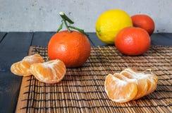 Несколько tangerines и лимонов Стоковое Фото