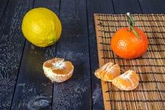 Несколько tangerines и лимон Стоковые Изображения