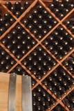 Несколько Varietal бутылок вина и время бочонка внутри погреба Стоковые Изображения