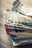 Нескольк 100 банкнот евро штабелированных значением Концепция денег евро евро замечает отражение накрените веревочка примечания д Стоковое Фото