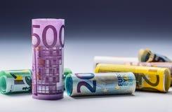 Нескольк 100 банкнот евро штабелированных значением Концепция денег евро Банкноты евро Rolls евро валюты кредиток схематическое 5 Стоковое Изображение RF