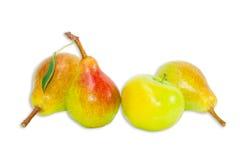 Нескольк груша Bartlett и яблоко на светлой предпосылке Стоковое Изображение RF