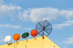 Нескольк спутниковая антенна-тарелка установленная на крышу дома с голубым небом Стоковое Изображение RF