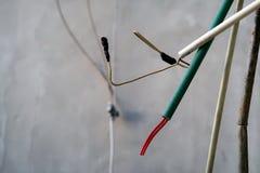 Несоединенные электрические провода от стены стоковые фото
