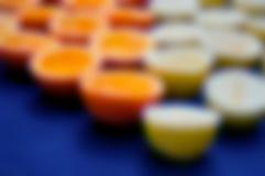Несосредоточенные половинные апельсины и лимоны Стоковые Изображения