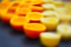 Несосредоточенные половинные апельсины и лимоны Стоковое Изображение