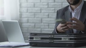 Несправедливый бухгалтер крадя деньги от портфеля, хищения бюджета компании видеоматериал