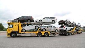 Несущая автомобиля Volvo FM тянет новые автомобили стоковые фото