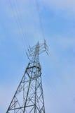 Несущая башни электричества высоковольтных кабелей Стоковые Фотографии RF
