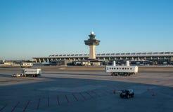 Несущая людей на авиапорт Dulles вне DC Вашингтона стоковая фотография