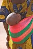 несущая младенца Стоковая Фотография