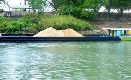Несущая песка в theriver стоковые фото