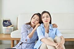 Несчастная доля молодой женщины об ее проблеме дома с ее другом стоковое изображение