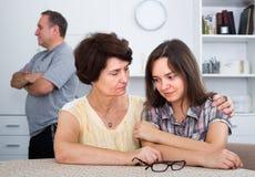 Несчастная женщина беседуя с уныло дочерью стоковое изображение