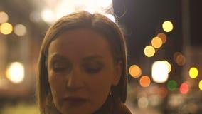 Несчастная женщина в пальто идя на улицу города, городское одиночество, депрессию видеоматериал