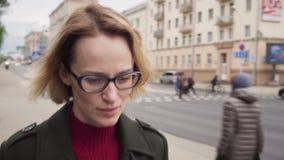 Несчастная женщина идя с грустной стороной на улице города акции видеоматериалы