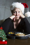 Несчастная женщина имея обедающий ТВ для рождества стоковые изображения rf