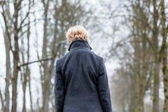 Несчастная женщина имея прогулку в зиме стоковая фотография rf