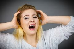 Несчастная женщина кричащая и выкрикивая в боли Стоковые Фото