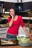 Несчастная женщина стоя в кухне стоковое фото rf
