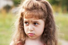 Несчастная красивая маленькая девочка плачет outdoors стоковая фотография rf