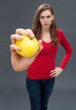 Несчастная красивая молодая женщина с яблоком для фокуса на пестицидах Стоковые Фото