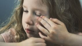 Несчастная малая девушка тереть утомлянные глаза, с разбитым сердцем положение о намерениях, депрессию сток-видео