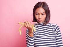 Несчастная молодая азиатская женщина с измеряя лентой стоковое изображение