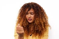 Несчастная молодая женщина с проблемами волос стоковая фотография rf