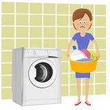 Несчастная молодая женщина стоя рядом с стиральной машиной с тазом заполнила с пакостными одеждами Стоковое фото RF