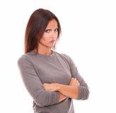 Несчастное брюнет в серой блузке смотря сердитый Стоковая Фотография