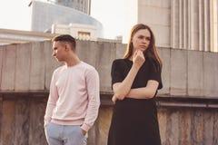 Несчастные молодые пары друзей, подростков, студентов на улице города, концепции затруднений отношения стоковое фото