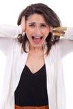 Несчастные молодая женщина покрывая ее уши и кричащий Стоковые Изображения
