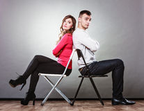 Несчастные пары сидя спина к спине рассогласование Стоковое Изображение