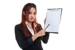 Несчастный азиатский пункт бизнес-леди к доске сзажимом для бумаги с ручкой Стоковое Изображение
