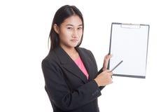 Несчастный азиатский пункт бизнес-леди к доске сзажимом для бумаги с ручкой Стоковое Изображение RF
