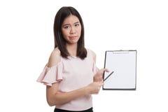 Несчастный азиатский пункт бизнес-леди к доске сзажимом для бумаги с ручкой Стоковые Изображения